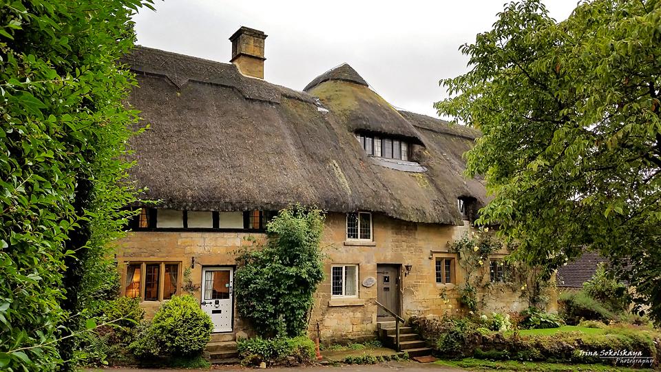 Дом с соломенной крышей в деревне Стэнтон, Котсуолдс, Англия