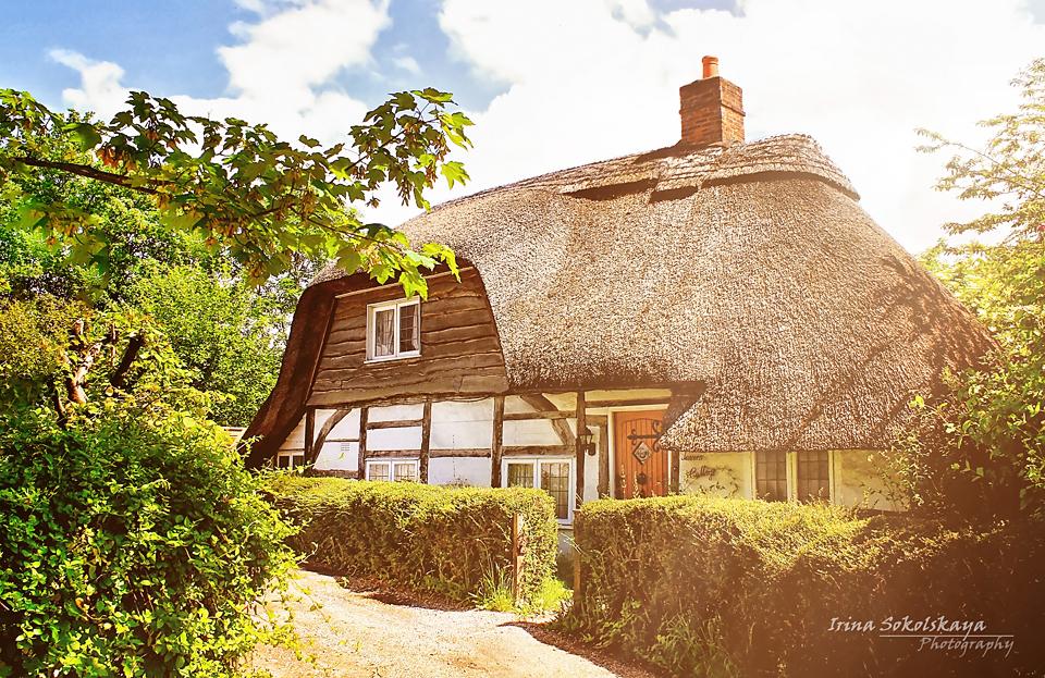 Дом с соломенной крышей в деревне Кингз Верзи, графство Хэмпшир, Англия