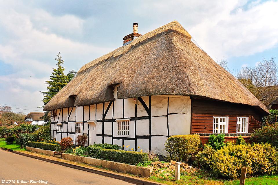 Дом с соломенной крышей в деревне Кингз Сомборн, графство Хэмпшир, Англия