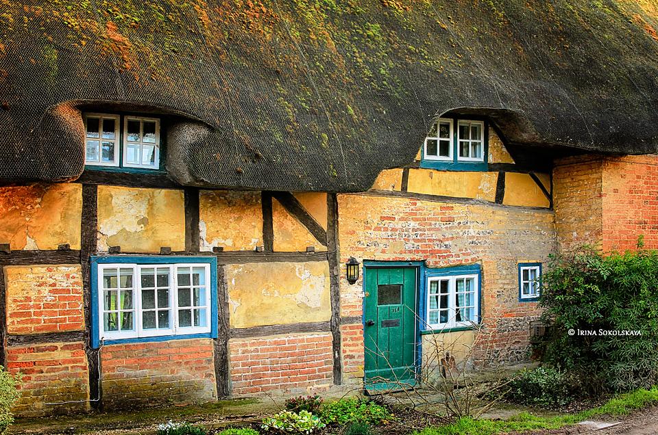 Дом с соломенной крышей в деревне Лонгсток, графств Хэмпшир, Англия