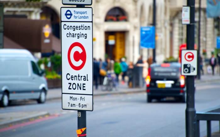 Знак зоны платного проезда по центру Лондона, Англия.