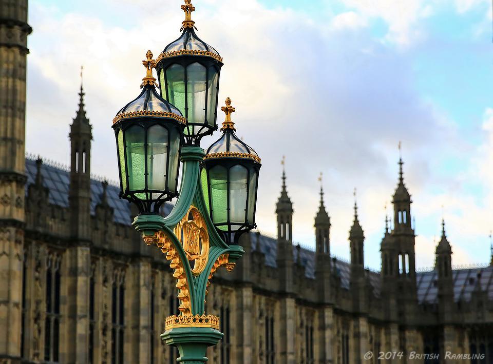 Уличные фонари на Вестминстерском мосту, Лондон, Англия.