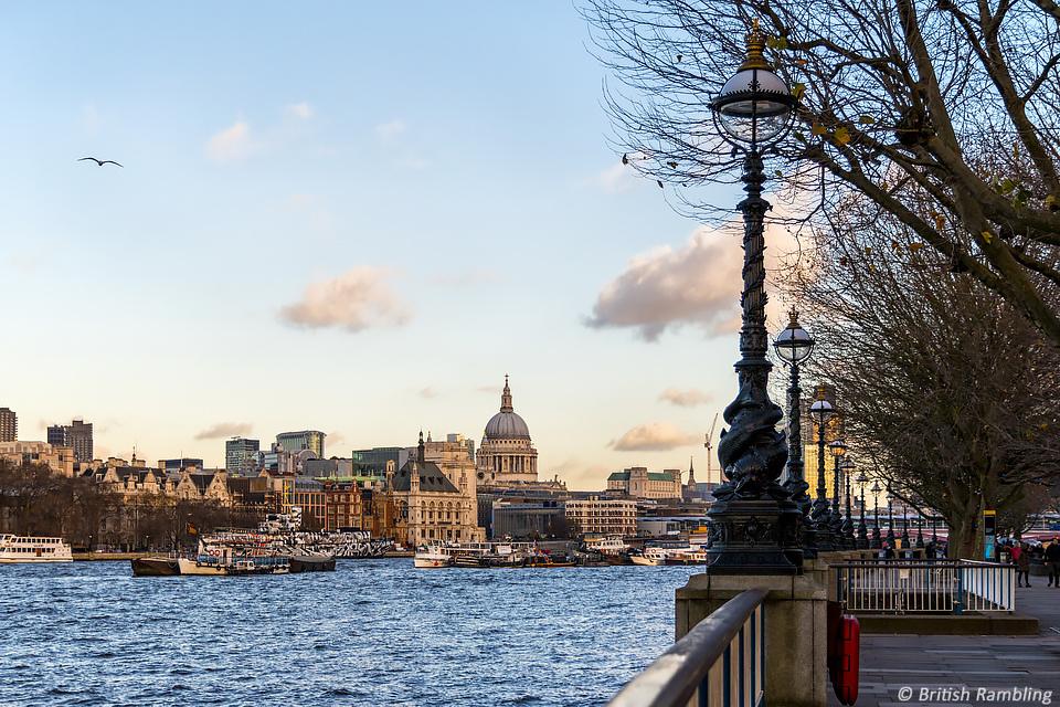 Набережная р.Темзы, вид на собор Св.Павла и Сити, Лондон, Англия