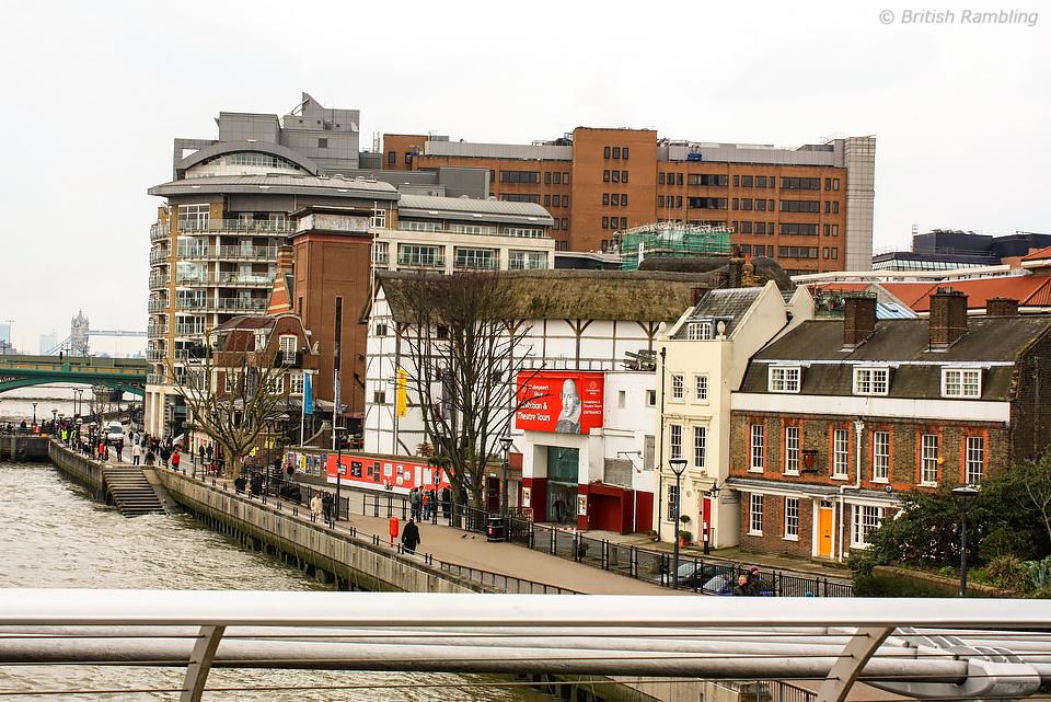 Вид на театр Глобус с моста Миллениум, Лондон, Англия.