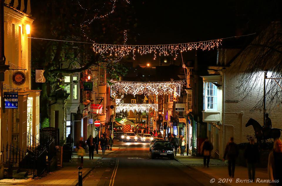 Вид на главную улицу Уинчестера High Street, Англия.