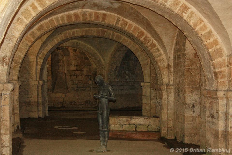 Cкульптура Звук II Энтони Гормли, Уинчестерский собор, Уинчестер, Англия.