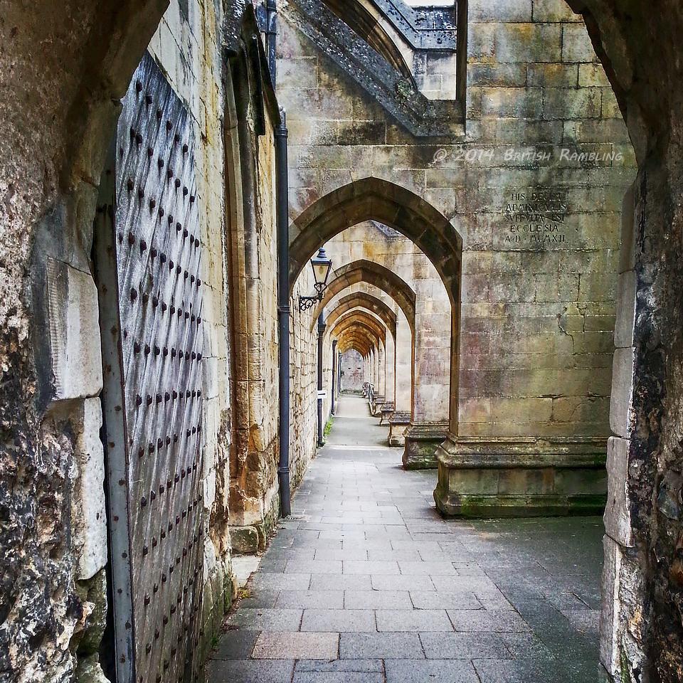 Наружная галерея Уинчестерского собора, Уинчестер, Англия.