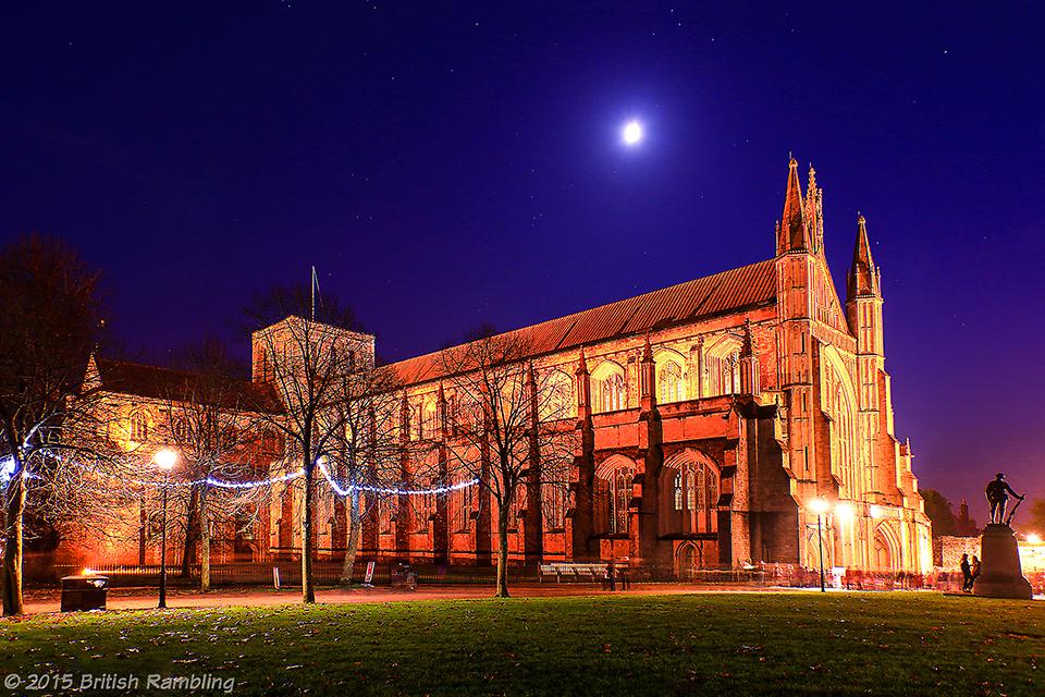 Уинчестерский собор ночью, Уинчестер, Англия.