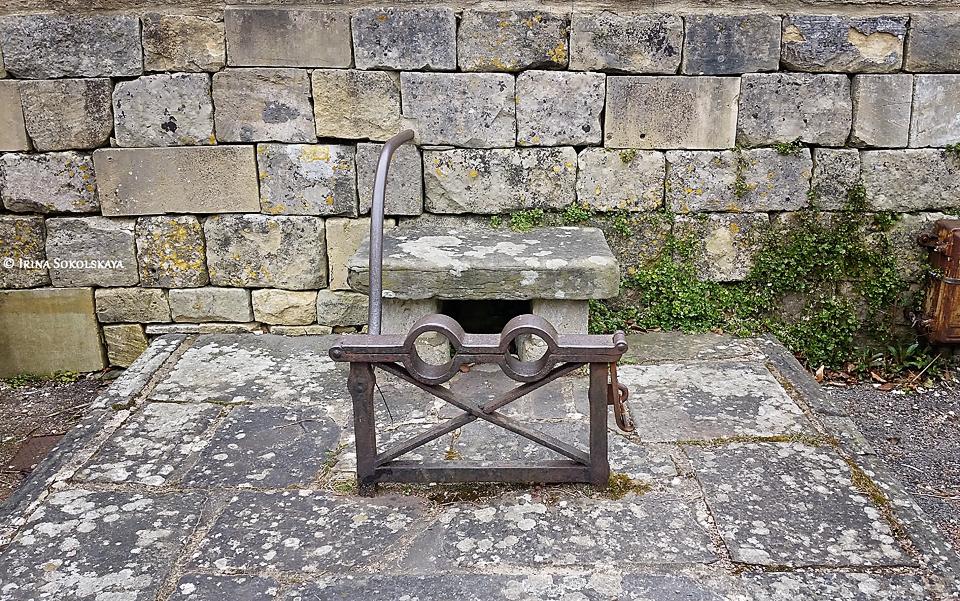 Колодки 17 века в деревне Пейнсвик, Котсуолдс, Англия.
