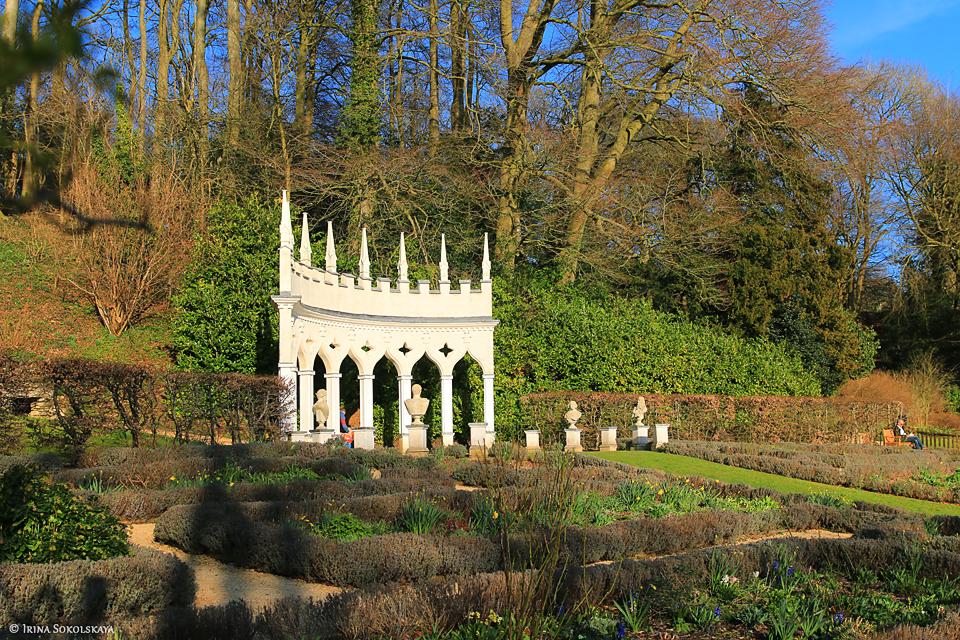 Сады Рококо в деревне Пейнсвик, Котсуолдс, Англия.