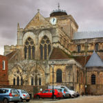 Аббатство Ромзи расположено через дорогу от средневекового King John's House. Город Ромзи, графство Хэмпшир, Англия.